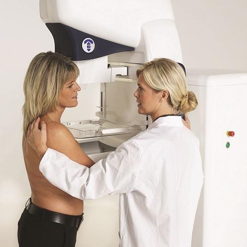 Для исследования аксиллярных узлов проводится маммография