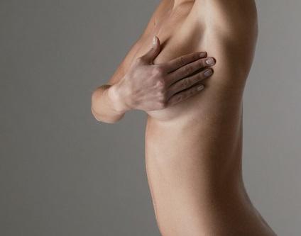 Боль между грудью и подмышкой