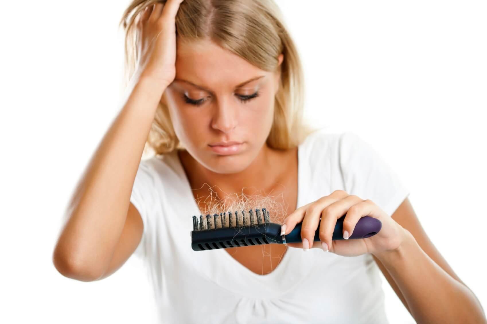 Активное выпадение волос происходит в результате дисбаланса гормонов