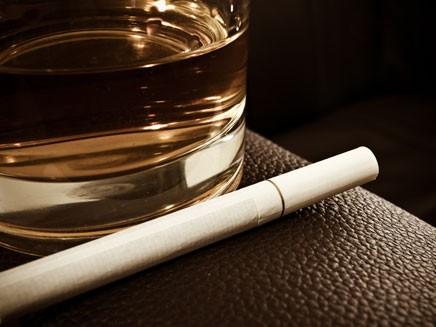 Курение и употребление алкоголя увеличивают риск образования кистозной мастопатии