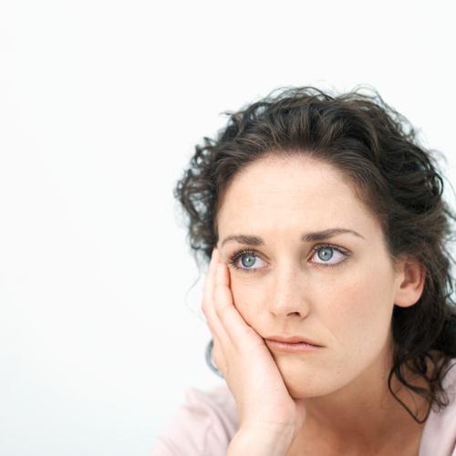 Дефицит гормонов щитовидки влияет на работу нервной системы и проявляется апатией и чрезмерной усталостью