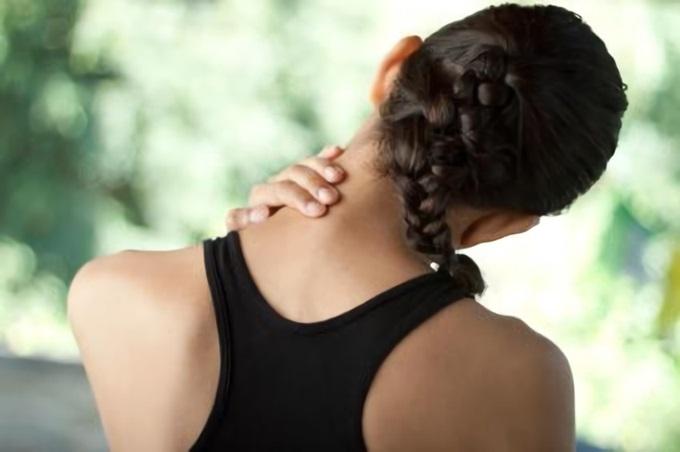 Боль иррадирует в шейный отдел позвоночника