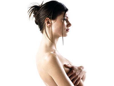 Женщины жалуются на боль и повышенную чувствительной молочной железы