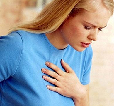 Проявление болей в груди во время ходьбы