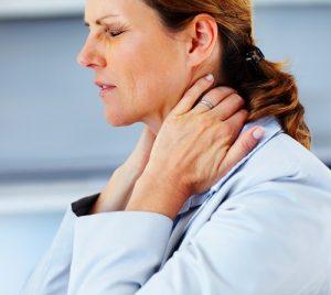 При тиреоидите появляется боль в шее