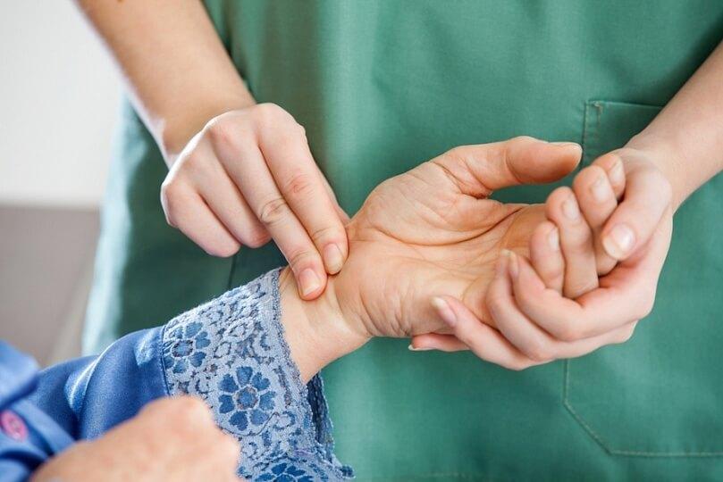 На фоне заболеваний щитовидки у женщин развивается брадикардия