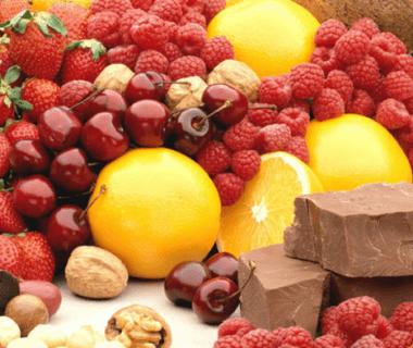 Фрукты и ягоды красного цвета, цитрусовые и шоколад вызывают аллергию у ребенка