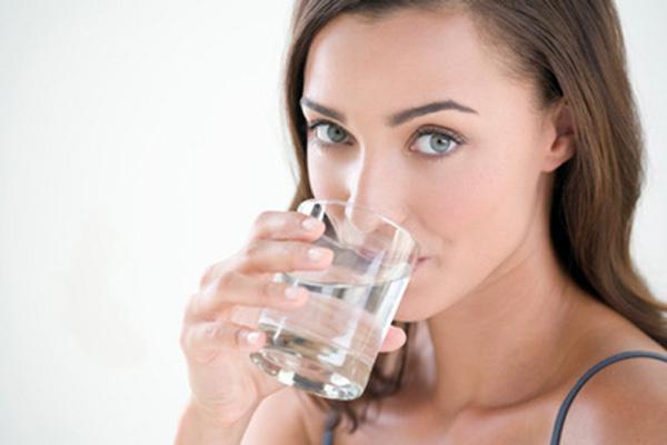 Кормящей маме рекомендуется пить много жидкости