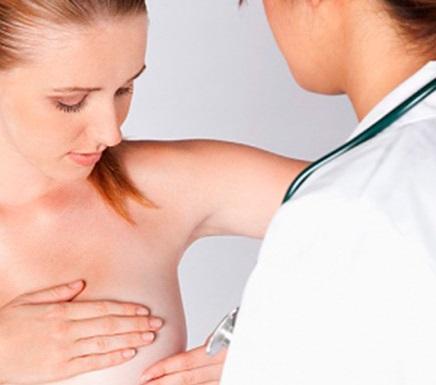 Обследование маммолога поможет выявить папиллому