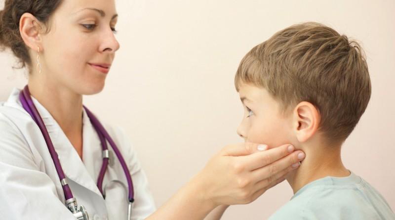 Врач диагностирует увеличение щитовидки с помощью пальпации