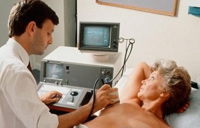Для диагностики заболевания врач проводит УЗИ молочных желез