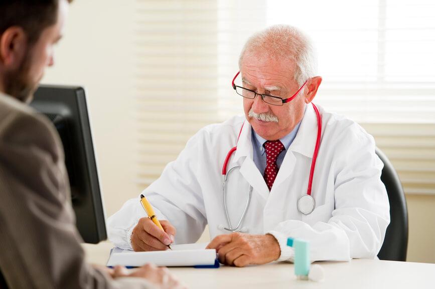 Врач расшифровывает анализы и назначает лечение