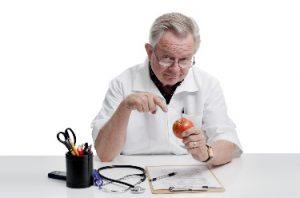 Рекомендации по правильному питанию при заболеваниях щитовидки дает диетолог-эндокринолог