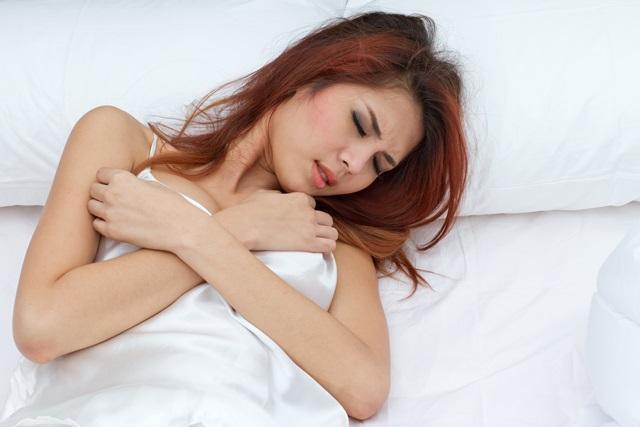 Мастопатия вызывает боль и дискомфорт в груди