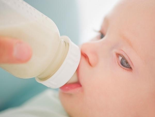 Если малыша докармливают из бутылочки, он может отказаться от груди