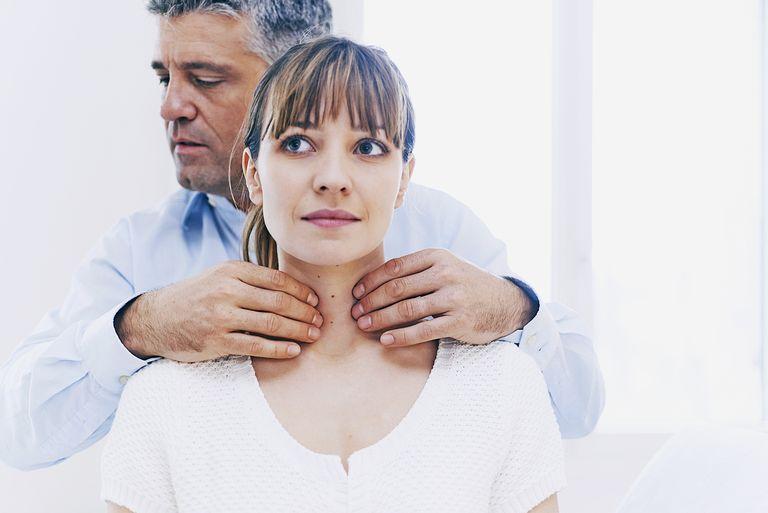 Для диагностики заболевания врач в первую очередь проводит пальпацию щитовидки