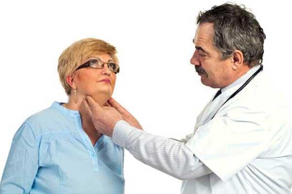 Эндокринолог назначает лечение после осмотра и проведения анализов