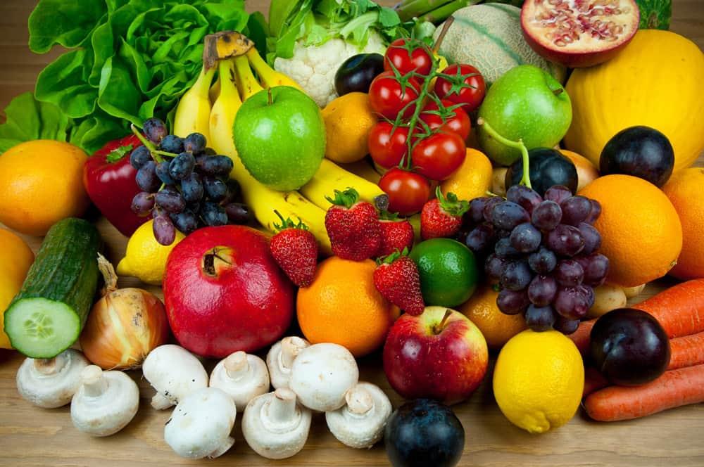 Полезно включать в рацион овощи, фрукты и ягоды