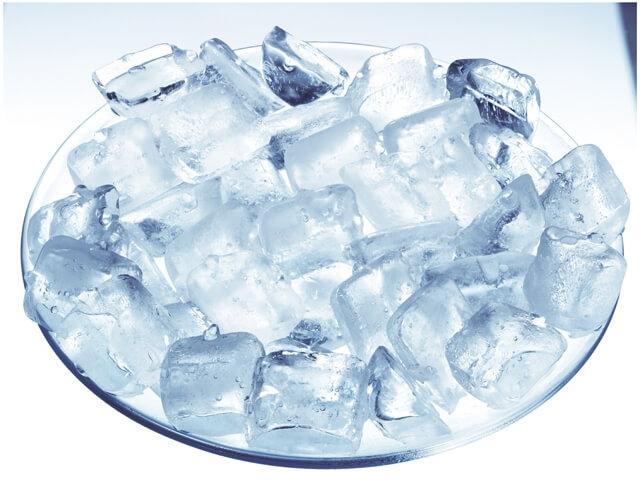 От боли в груди поможет избавиться холодный компресс