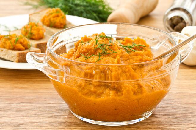 Кормящей маме рекомендуется употреблять кабачковую икру домашнего приготовления