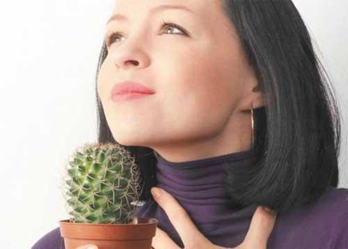 Одним из первых признаков узловых образований в щитовидной железе является ощущение комка в горле