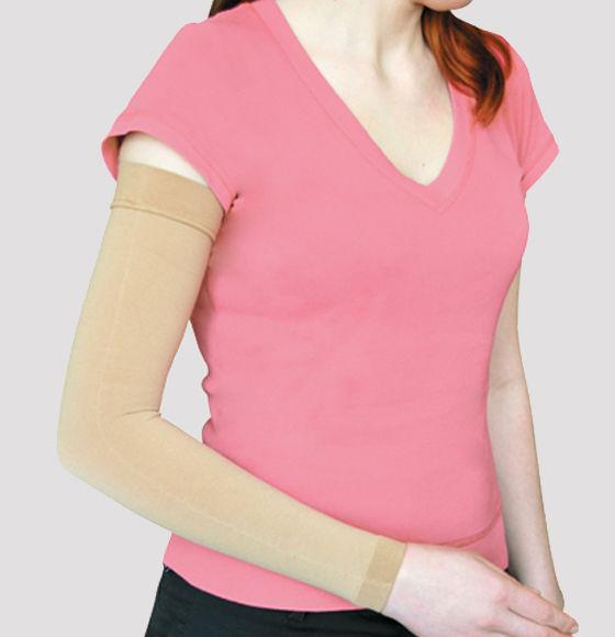 Женщине необходимо носить компрессионный рукав