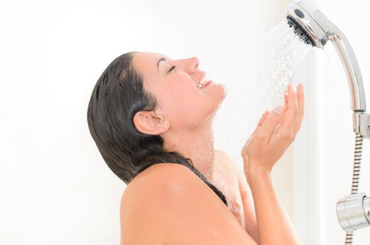 Контрастный душ оказывает лифтинговый эффект