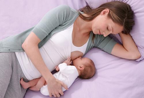 Новорожденного необходимо кормить даже во сне