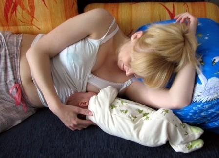 Кормление грудью при лактостазе необходимо продолжать