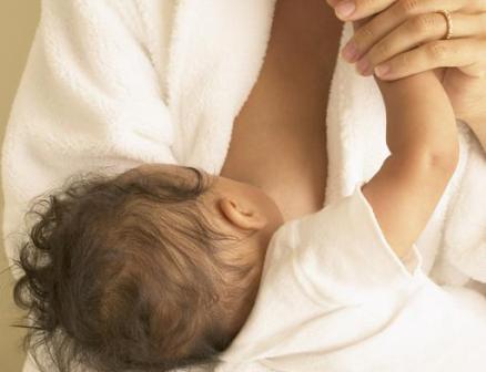 Трещины могут появиться в результате неправильного захвата груди при кормлении
