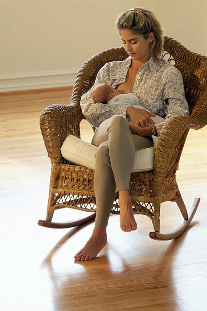 Кормление сидя помогает полностью опустошить грудь