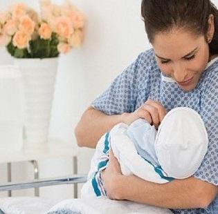 Ребенка следует приложить к груди сразу после родов