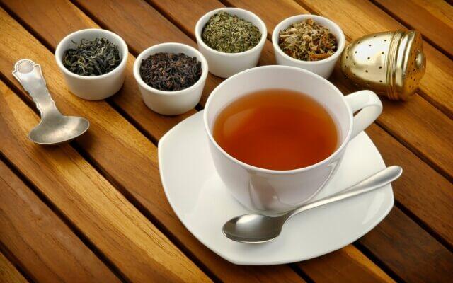 При недостаточном количестве молока кормящая мама может употреблять лактогонные чаи