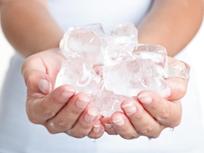 После процедуры к покрасневшим местам прикладывают лед