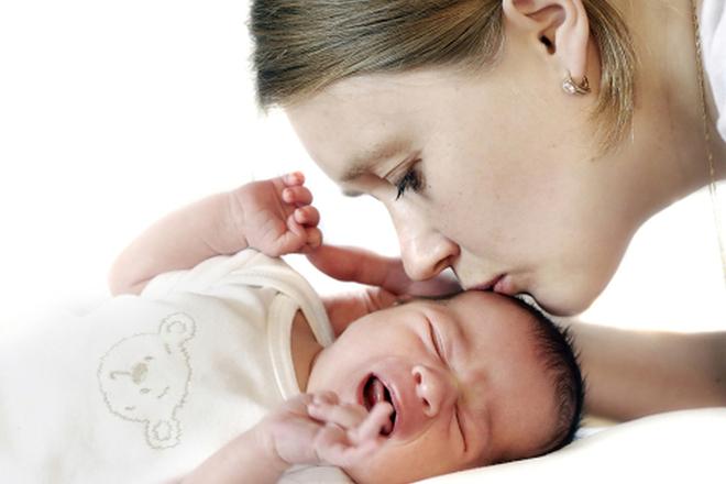 Если ребенок плачет, следует предложить ему грудь