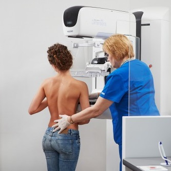 Для выявления отклонений проводится маммография