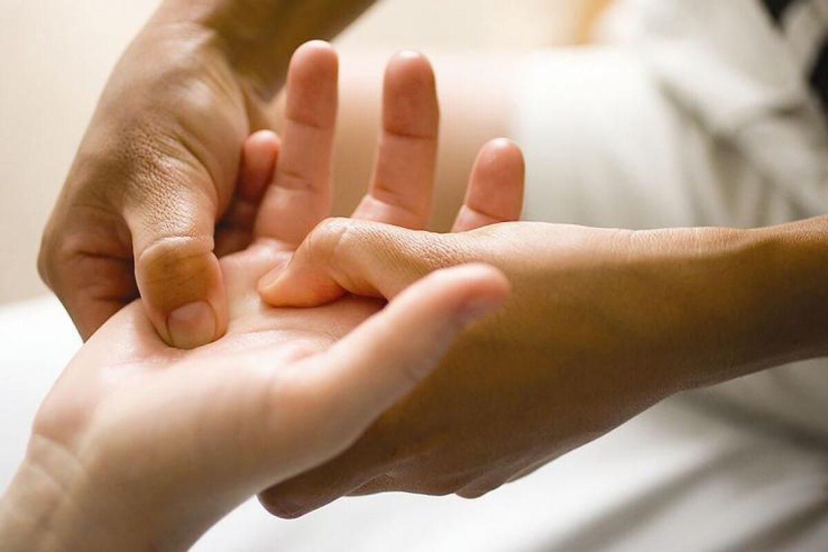 Легкий массаж руки - важный элемент профилактики