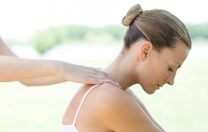 Массаж спины при мастопатии  можно делать сидя или на боку