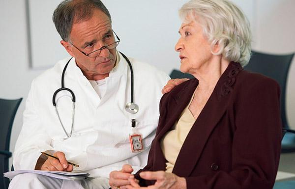 Основными симптомами являются боли и налитость в груди