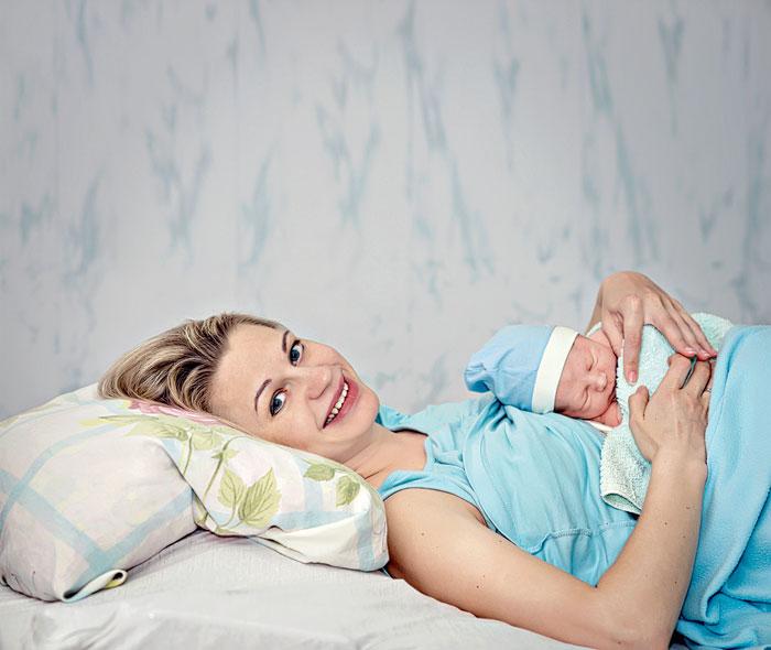 Сразу после родов молока в груди нет, присутствуют лишь капли молозива