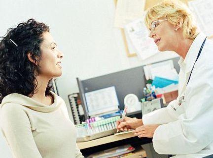 Если женщины не беременна и не кормит грудью, появление молозива - повод обратиться к врачу
