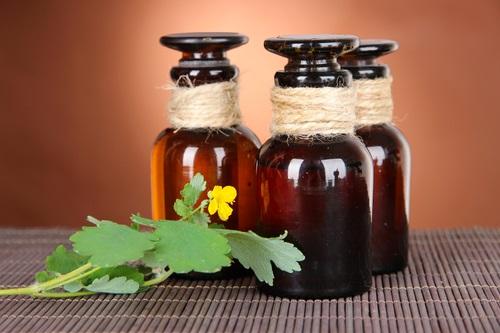 Для лечения щитовидной железы используется настойка чистотела