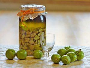 Для лечения узлов щитовидки используется настройка грецкого ореха