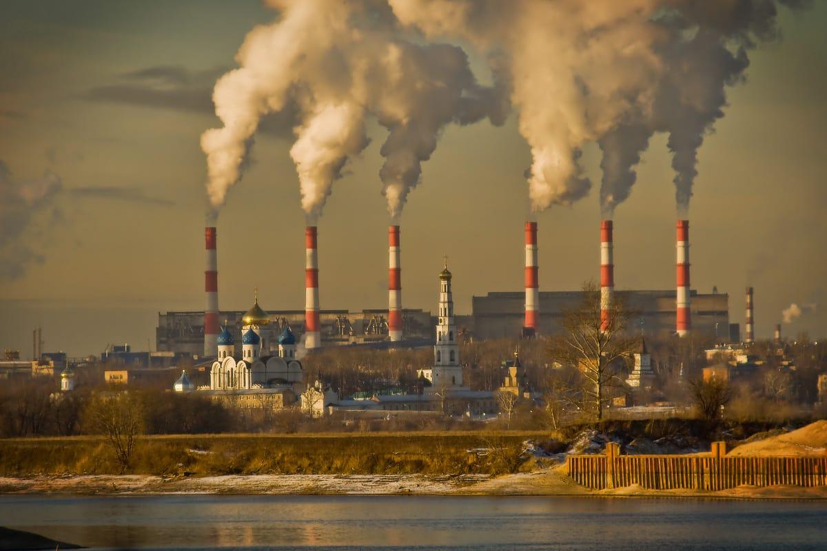 Заболевание развивается у людей, проживающих в условиях неблагоприятной экологической обстановки