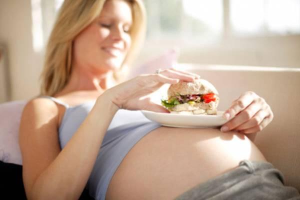 Неправильное питание беременной также провоцирует появление растяжек