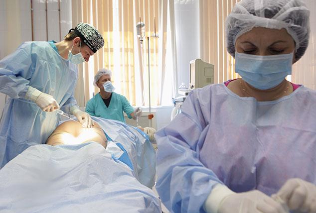 Введение пациенту обезболивания в ходе проведения операции