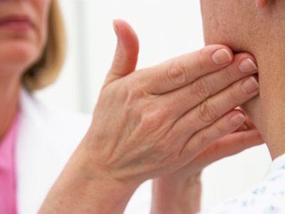 Наличие хронического кашля требует обращения к эндокринологу