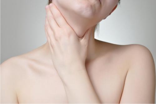 При появлении опухоли в щитовидной железе легко прощупывается узел