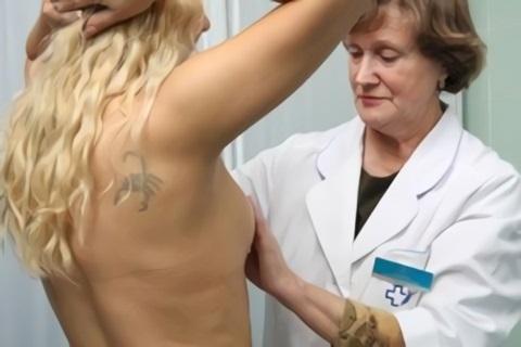 При шелушении необходимо обратиться к маммологу