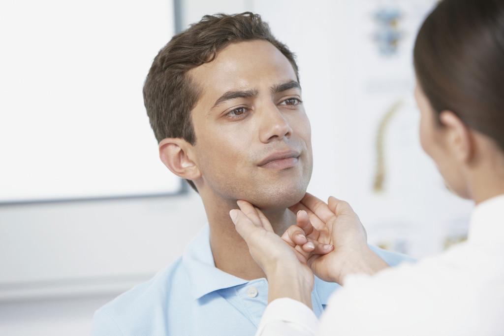 В ходе первичного осмотра врач проводит пальпацию щитовидной железы